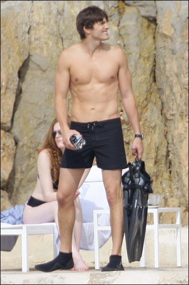 Ashton-Kutcher-body-chest-arms-size