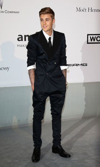 Justin Bieber rolls sleeves up on Dolce & Gabbana suit.