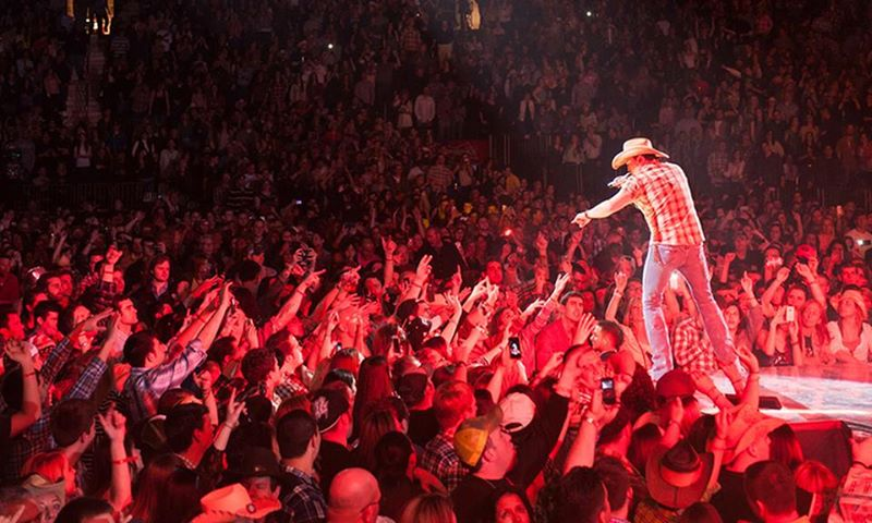 jason aldean performing at concert