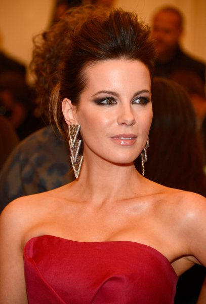 The 44-year old daughter of father Richard Beckinsale and mother Judy Loe, 170 cm tall Kate Beckinsale in 2017 photo