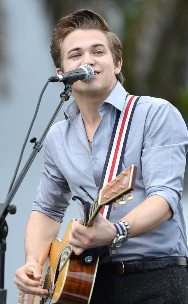 Hunter Hayes singing with the help of his guitar