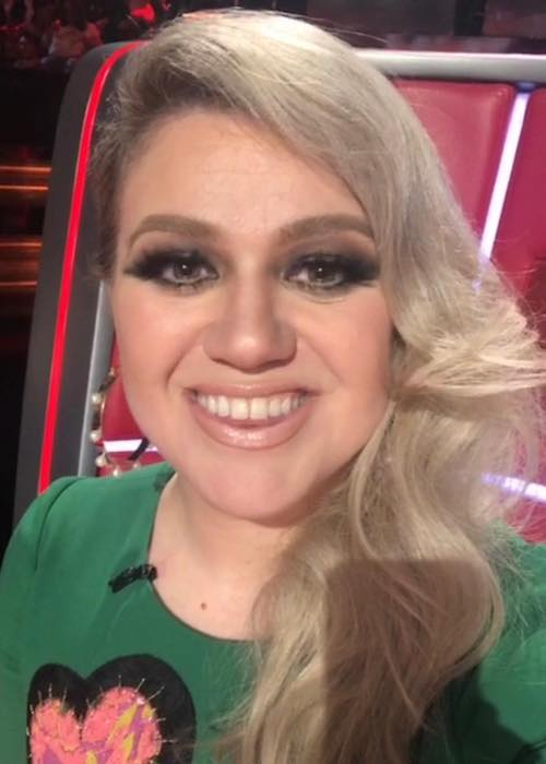 Kelly Clarkson smiling in a May 2018 picture