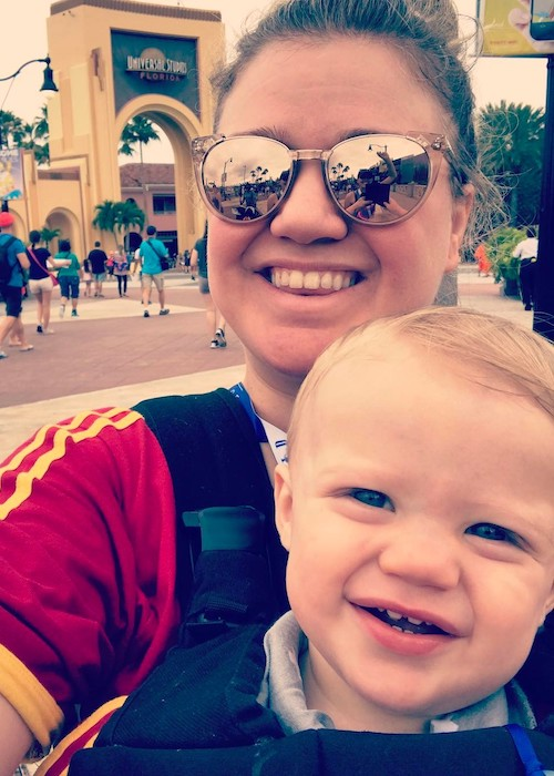 Kelly Clarkson with her kid in a selfie in April 2017