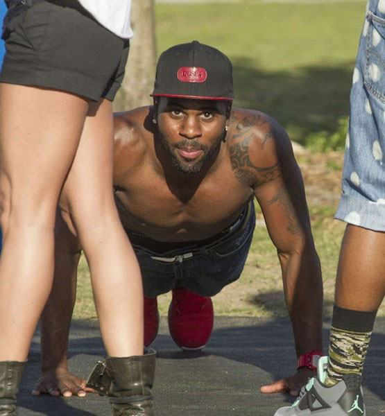 Jason Derulo doing push-ups