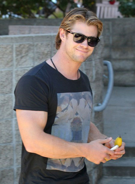 Chris Hemsworth biceps 2014