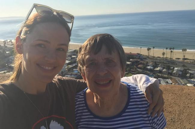 Jennifer Garner with her mother in a November 2017 pic