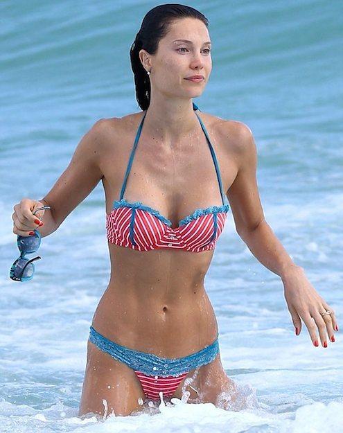 Julia Pereira in bikini