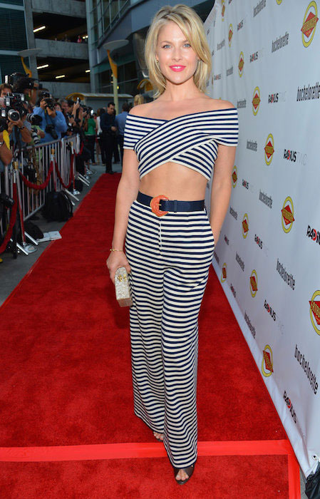 Ali Larter on the red carpet revealing her abs.