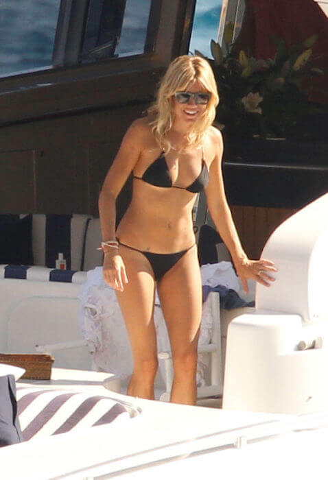 Sienna Miller shows off her body by wearing a black bikini in Ibiza in 2015