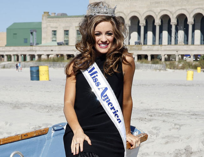 Miss America 2016 Betty Cantrell with crown