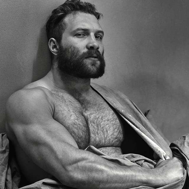 Jai Courtney biceps