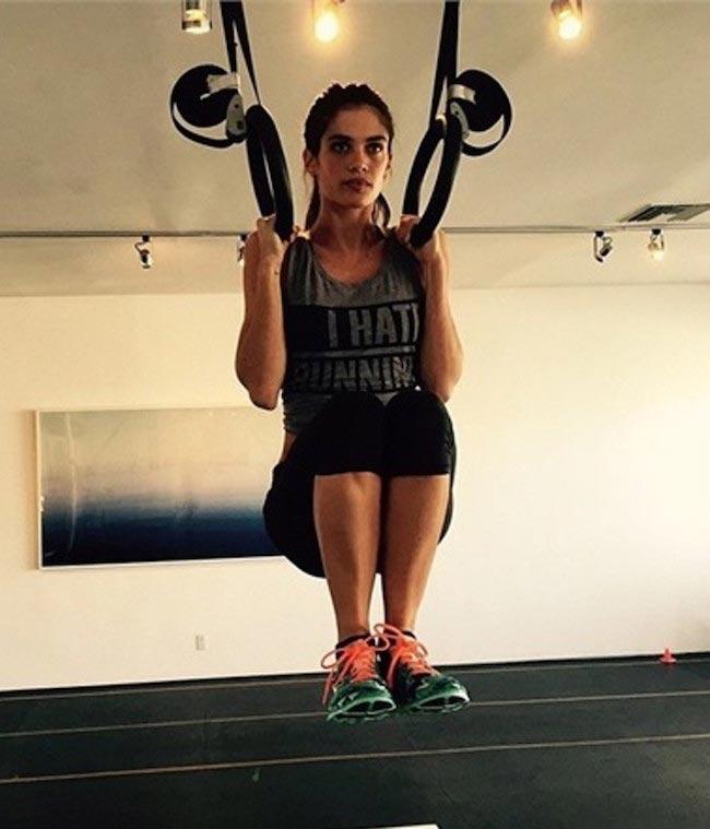 Sara Sampaio working out