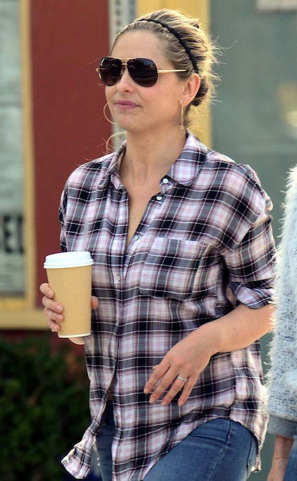Sarah Michelle Gellar having coffee in Santa Monica in December 2015