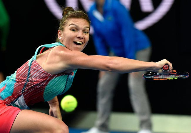 Simona Halep playing tennis