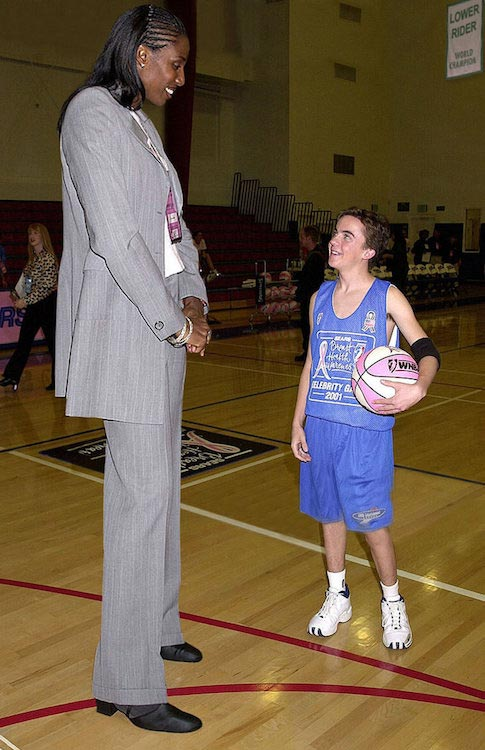 Frankie Muniz gets dwarfed in front of Lisa Leslie