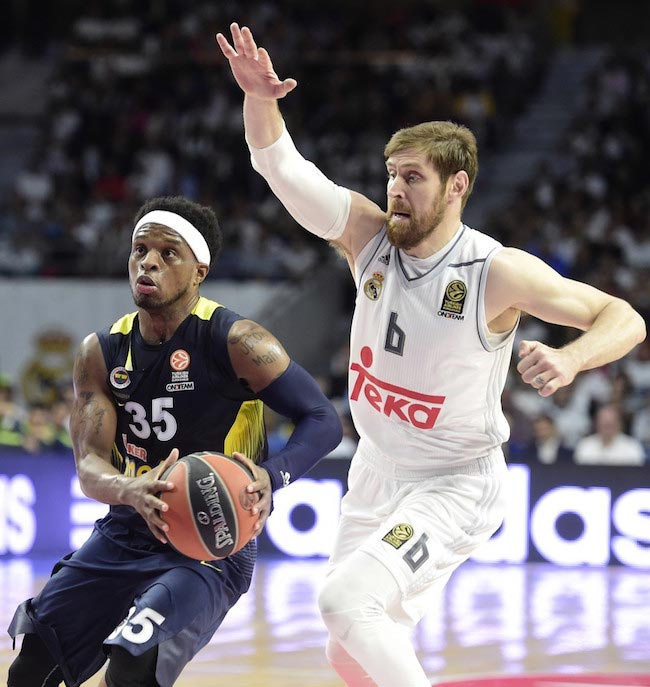 Andres Nocioni chasing Bobby Dixon for a block during a match between Real Madrid and Fenerbahce Istanbul on April 19, 2016