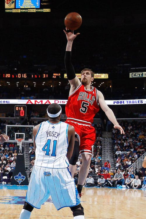 Andres Nocioni shooting the floater over James Posey in a match between Chicago Bulls and New Orleans Hornets on February 4, 2009