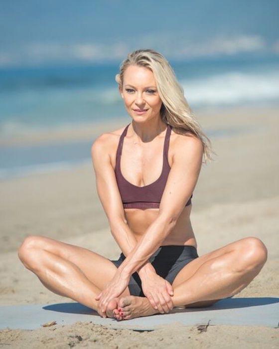 Simone De La Rue enjoying a beach picnic