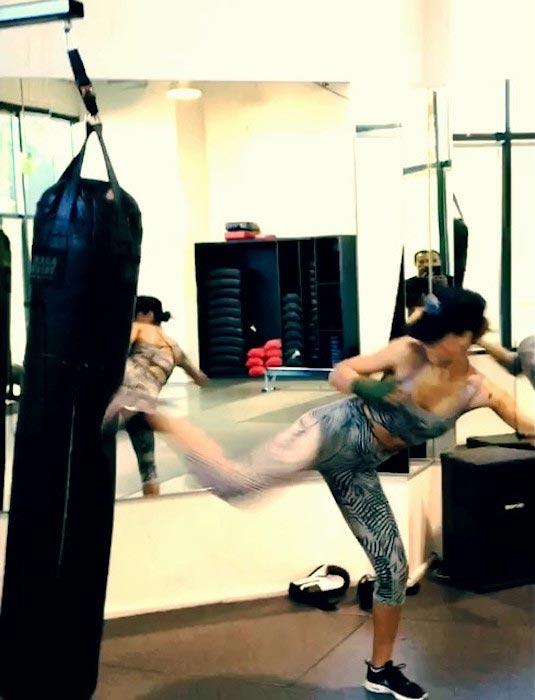 Jessica Alba kickboxing