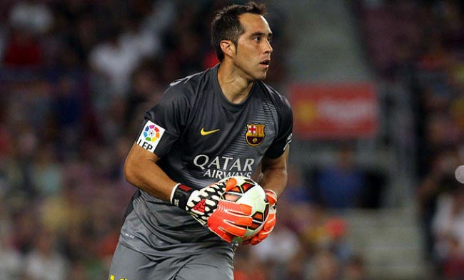 Claudio Bravo ball teammates home game Camp Nou 2015