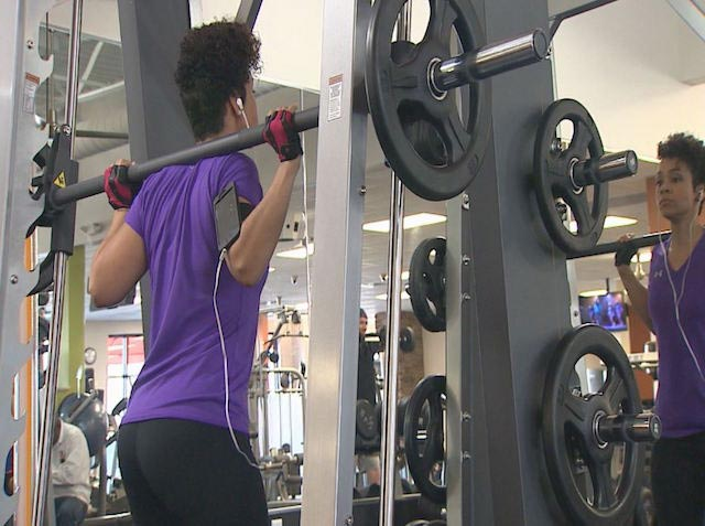 Eeve Guzman working out her legs doing squats