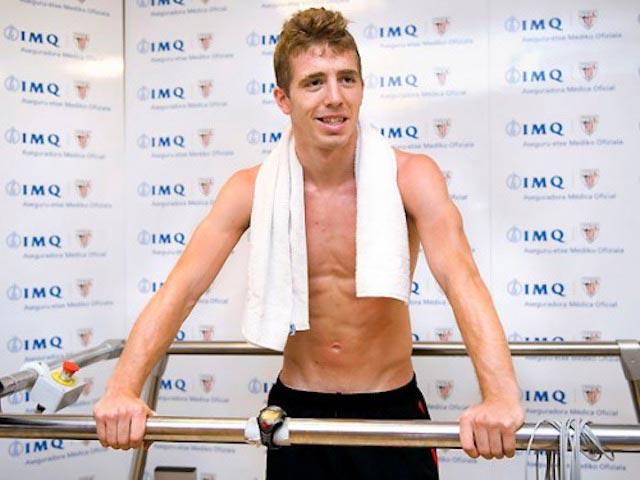Iker Muniain shirtless body medical tests Athletic Bilbao