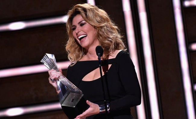Shania Twain receiving the Artist of a Lifetime honor during CMT Awards 2016