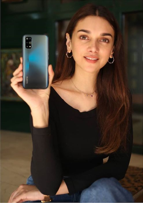 Aditi Rao Hydari showcasing Realme 7 Pro Smartphone in September 2020