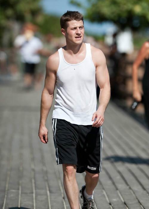 Ben McKenzie out on a jog at Miami Beach in November 2016