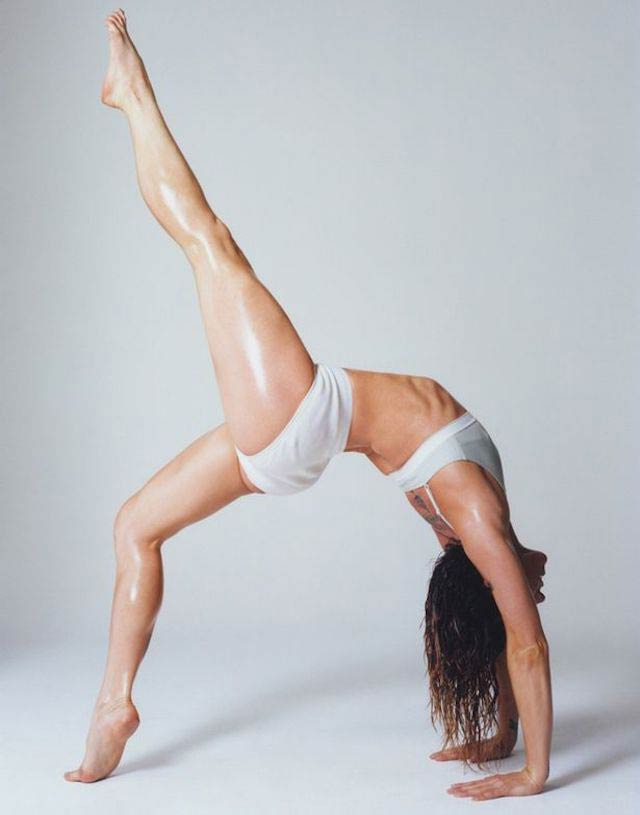 Melanie Chisholm does a handstand