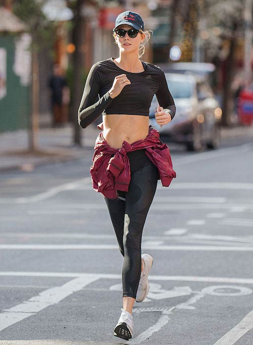 Karlie Kloss running to bring some sweat