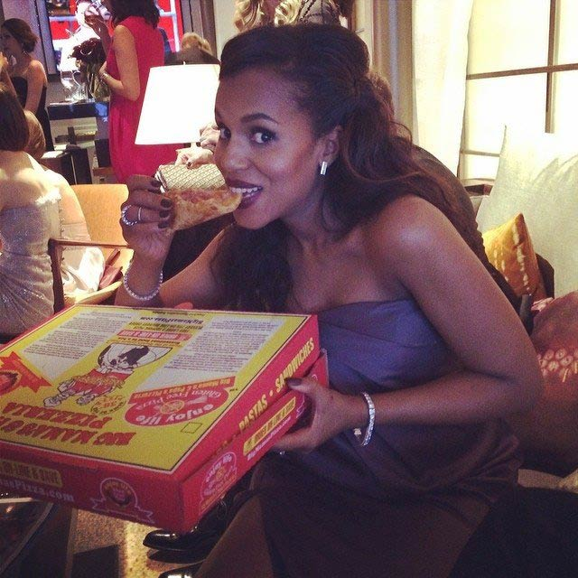 Kerry Washington eating a pizza slice