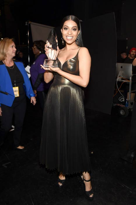Lilly Singh posing with Favorite YouTube Star Award at the People's Choice Awards in January 2017