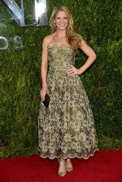 Kelli O'Hara at the Tony Awards 2015 in Oscar de la Renta dress and shoes by Jimmy Choo