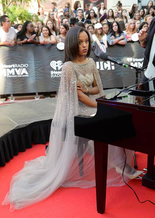 Ruth B giving performance at the 2016 iHeartRADIO MuchMusic Video Awards