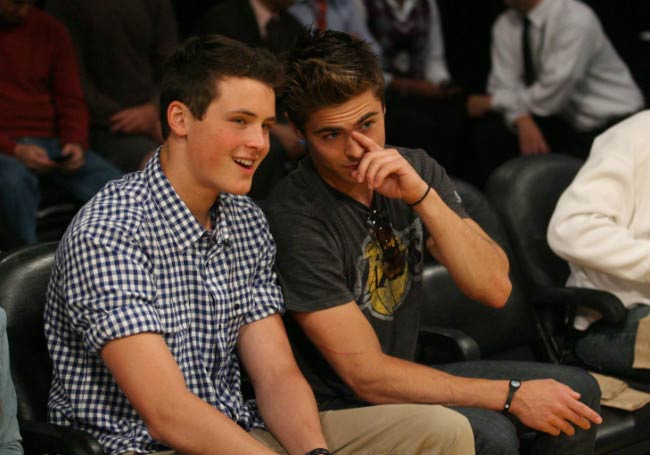 Dylan Efron with his brother Zac at the Los Angeles Lakers game in 2011