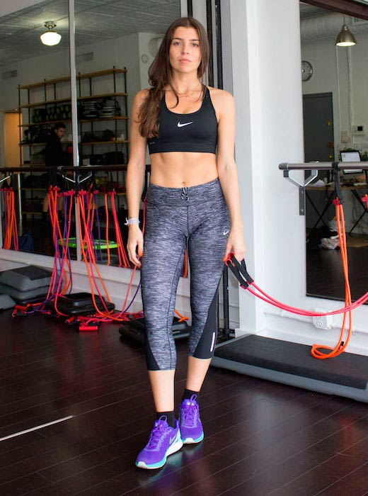Florencia Galarza resistance band workout at the gym