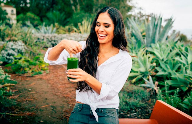 Kimberly Snyder having green smoothie