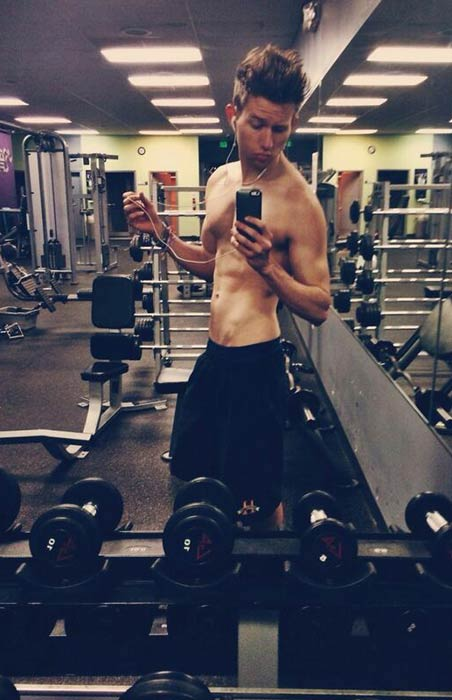 Ricky Dillon shows off his abs in a pic uploaded on Twitter on May 8, 2014
