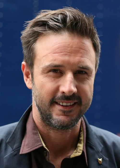 David Arquette posing for fans in 2009