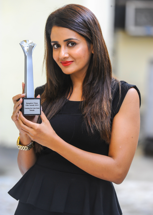 Parul Yadav with her Bangalore Times Promising Newcomer Award in 2012