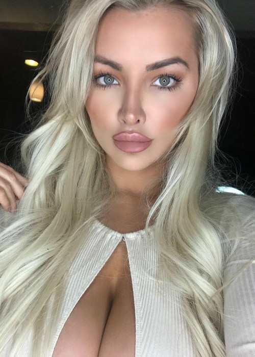 Lindsey Pelas in an Instagram selfie as seen in December 2017