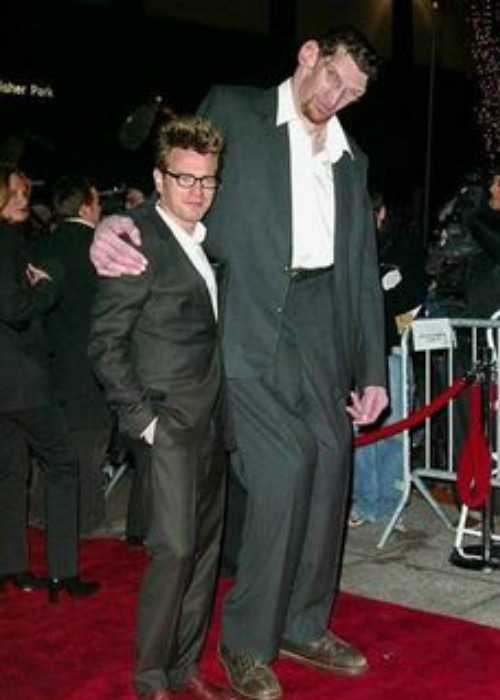 Matthew McGrory with Ewan McGregor