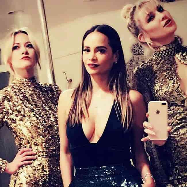 Meredith Hagner (Left) in a selfie with Sophie Lopez and Kate Hudson in January 2017
