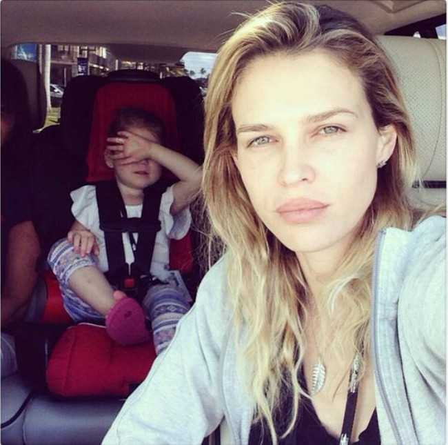 Sara Foster Taking a Selfie with Daughter Valentina in February 2014