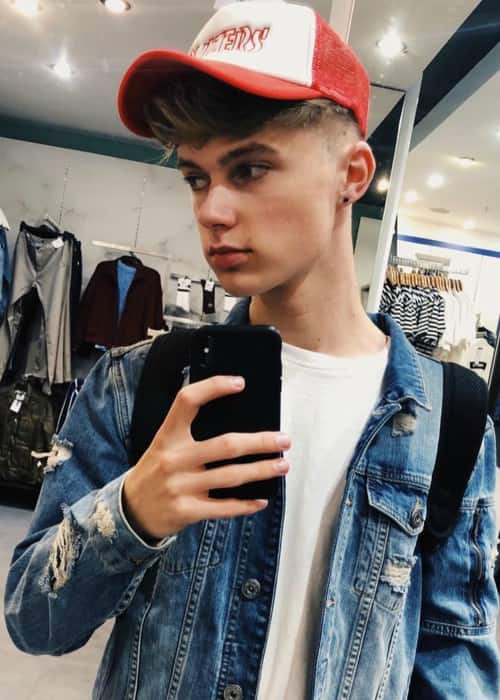 HRVY in a selfie while shopping in 2018