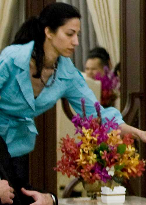 Huma Abedin handing Hillary Clinton notes and a pen during her meeting with Prime Minister of Thailand in July 2009