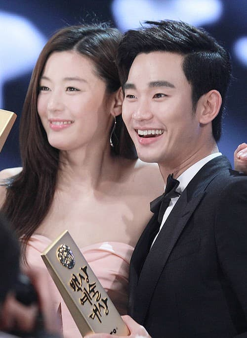 Jun Ji-hyun and Kim Soo-hyun as seen in May 2014