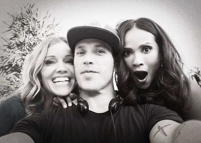 Kevin Alejandro in a selfie with Tricia Helfer (Left) and Lesley Ann Brandt (Right) in September 2017