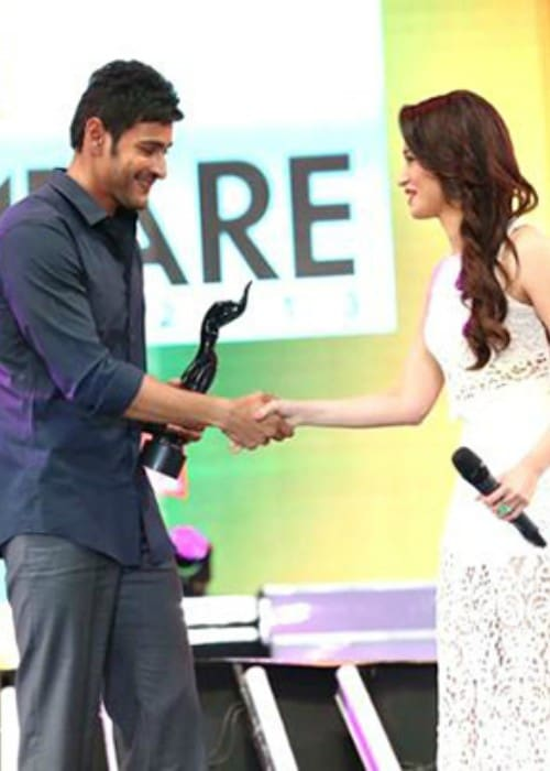 Mahesh Babu receiving the Filmfare Award for Best Actor from actress Tamannaah in July 2014